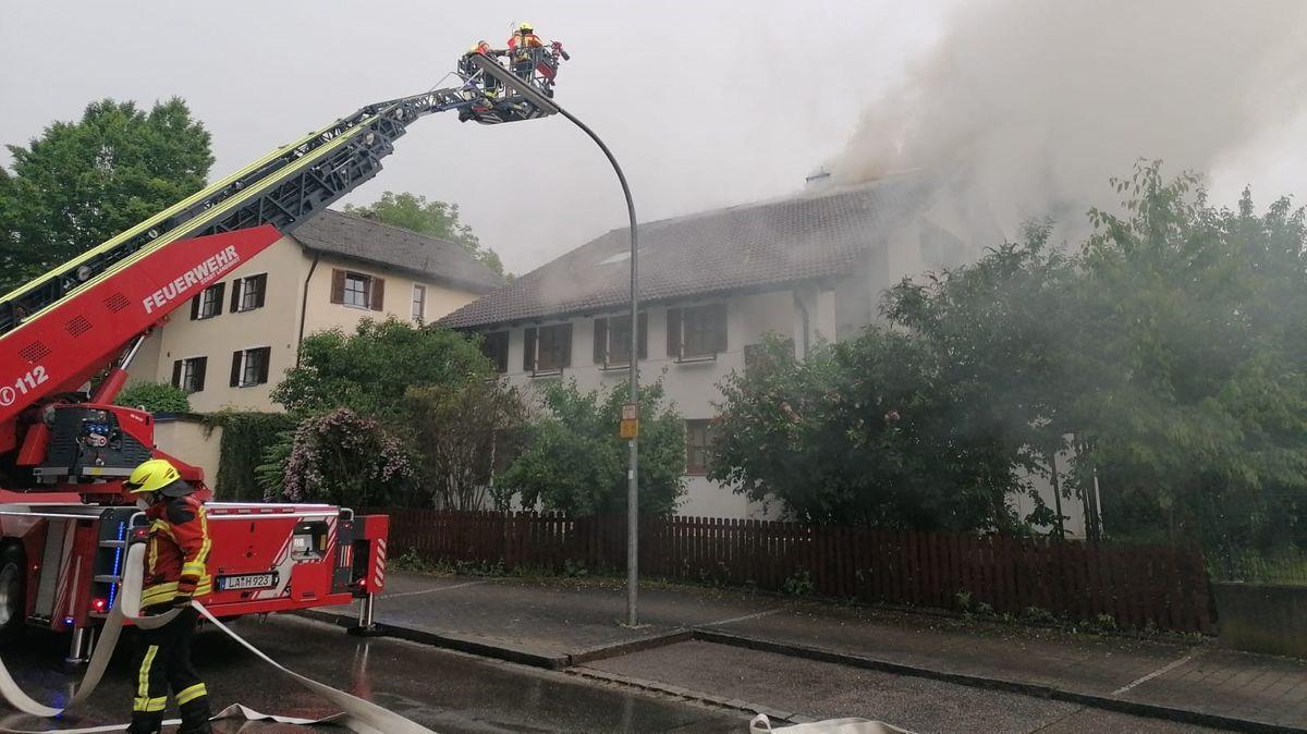 Die Feuerwehr löscht einen Dachstuhlbrand