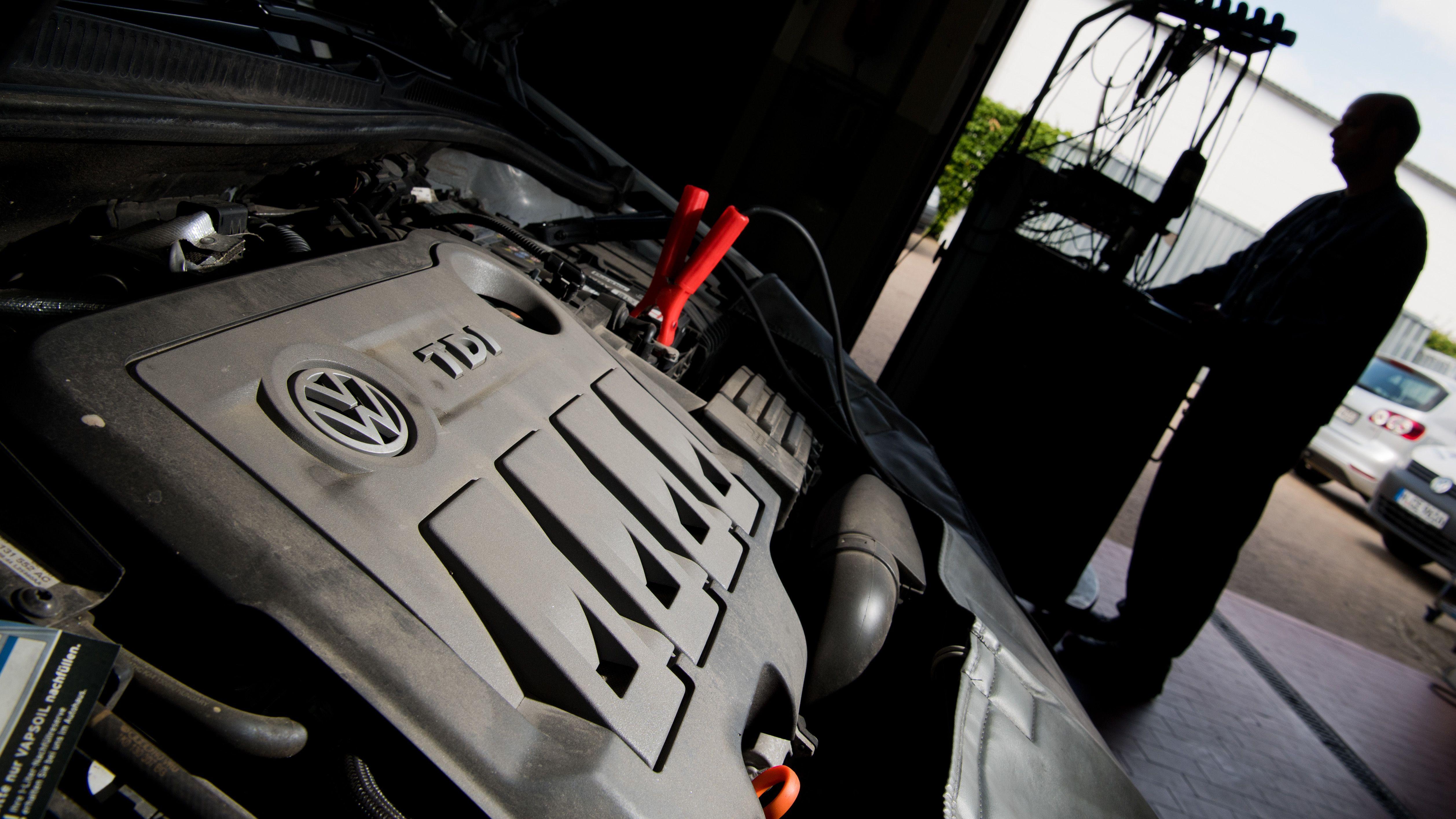 Archiv: KFZ-Meister spielt Software update auf VW-Diesel