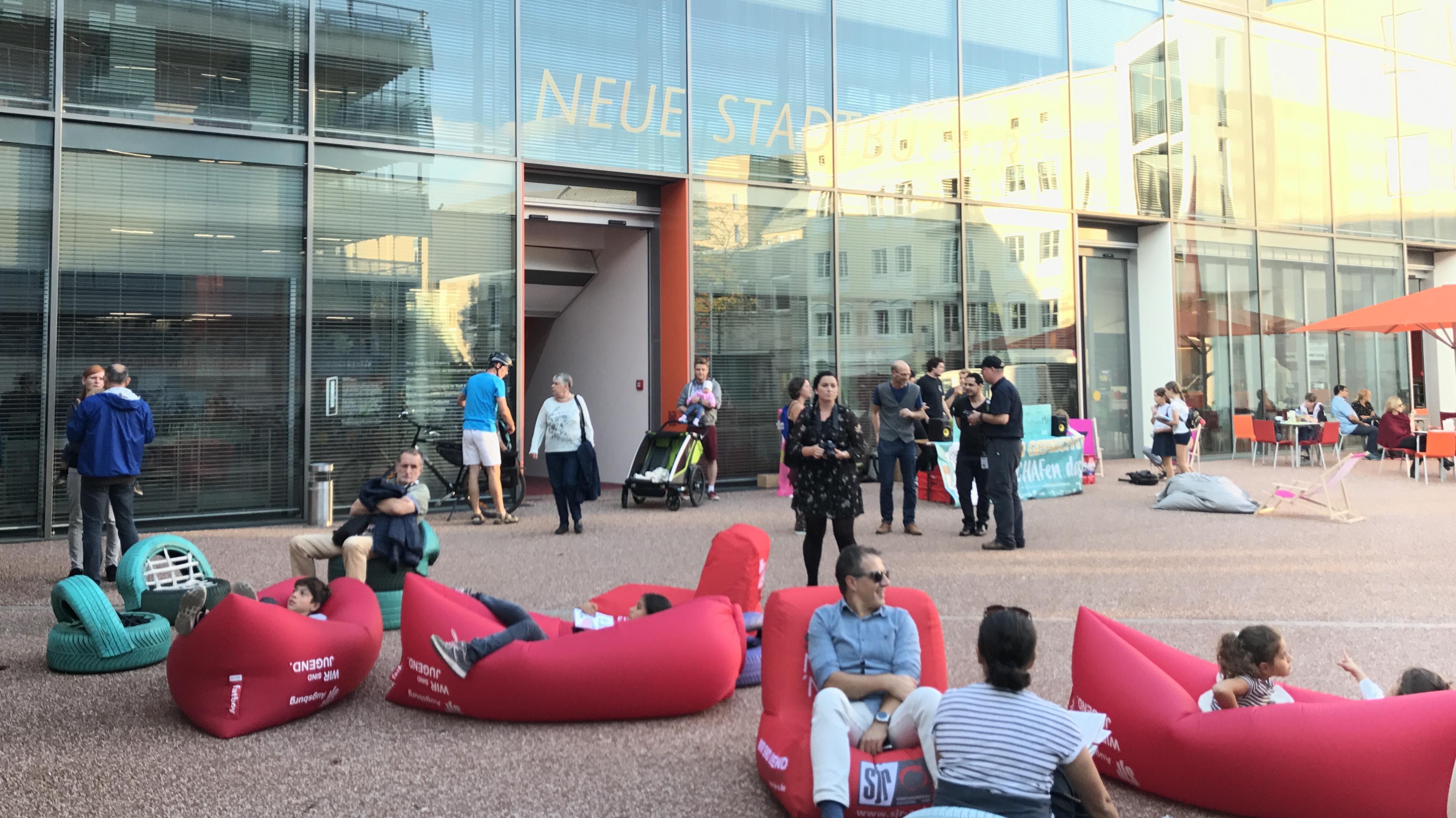 """Teilnehmer der """"Langen Nacht der Demokratie"""" vor der Augsburger Stadtbücherei"""