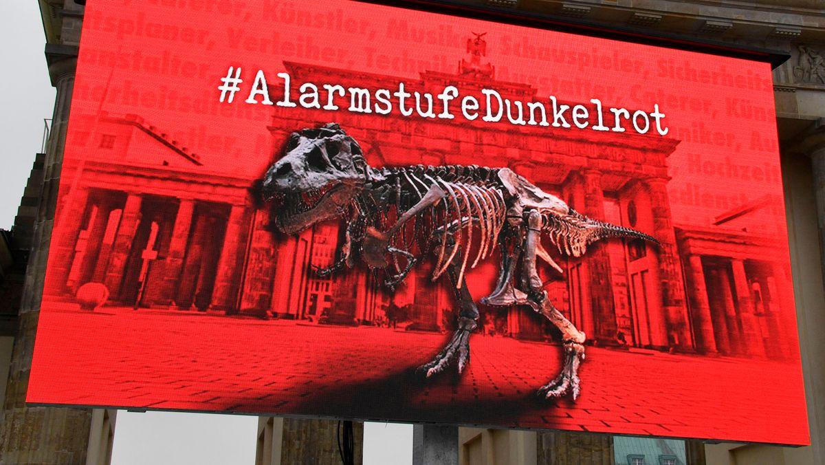 """Dino-Gerippe vor dem Brandenburger Tor: Transparent des Aktionsbündnisses """"Alarmstufe rot"""""""