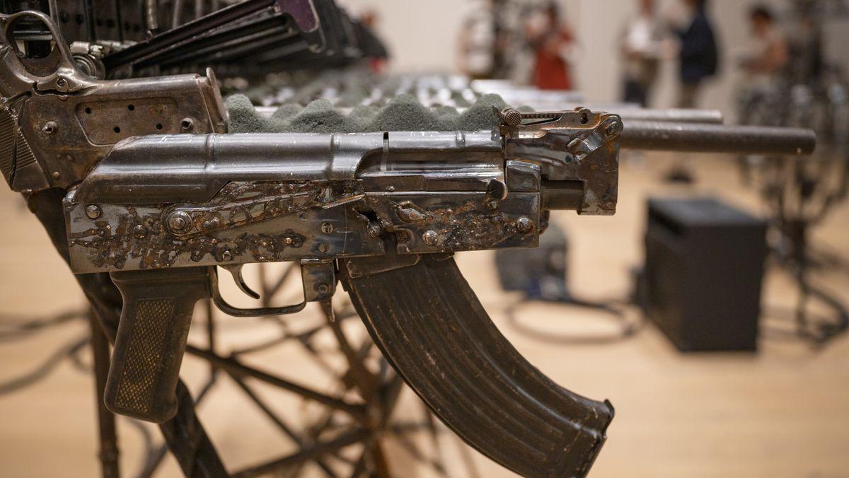 Maschinengewehre, kunstvoll als Stahlskulpturen arrangiert
