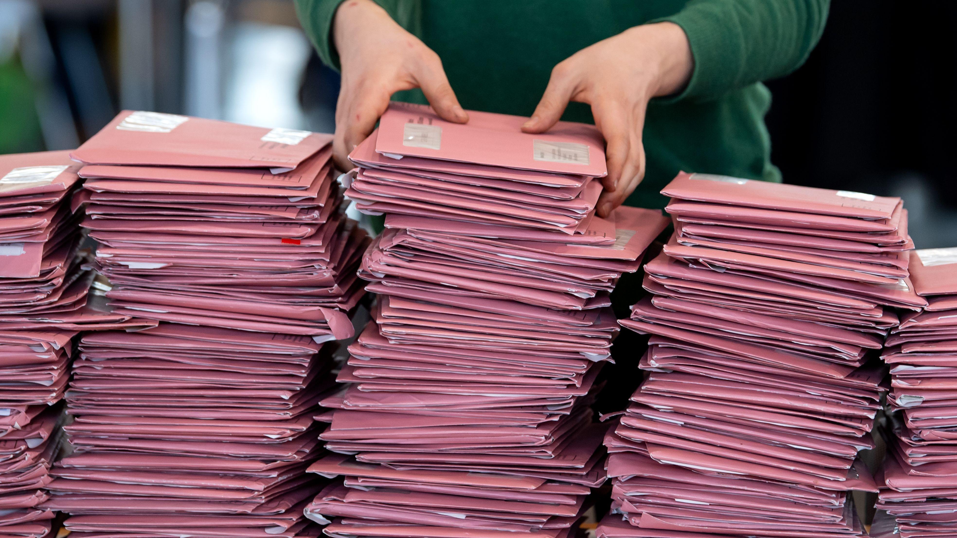 Wahlhelfer bei der Auszählung einer Briefwahl