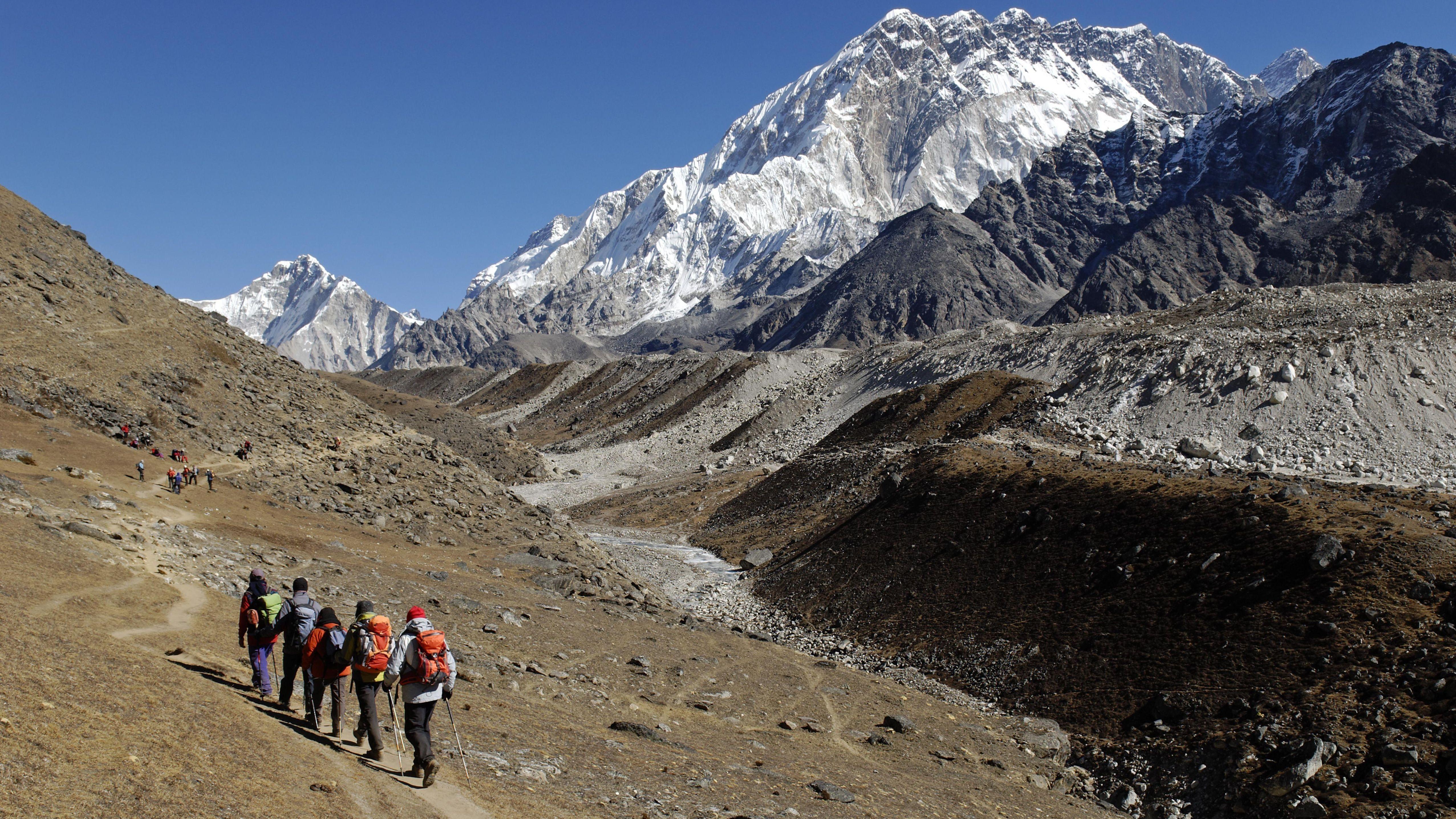 Trekking Gruppe auf dem Khumbu Gletscher mit Nuptse (Nepal)