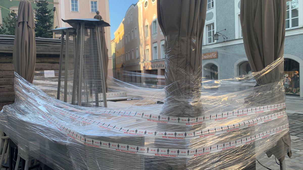 Zusammengeschnürte Möbel eines Cafes in der Passauer Innenstadt