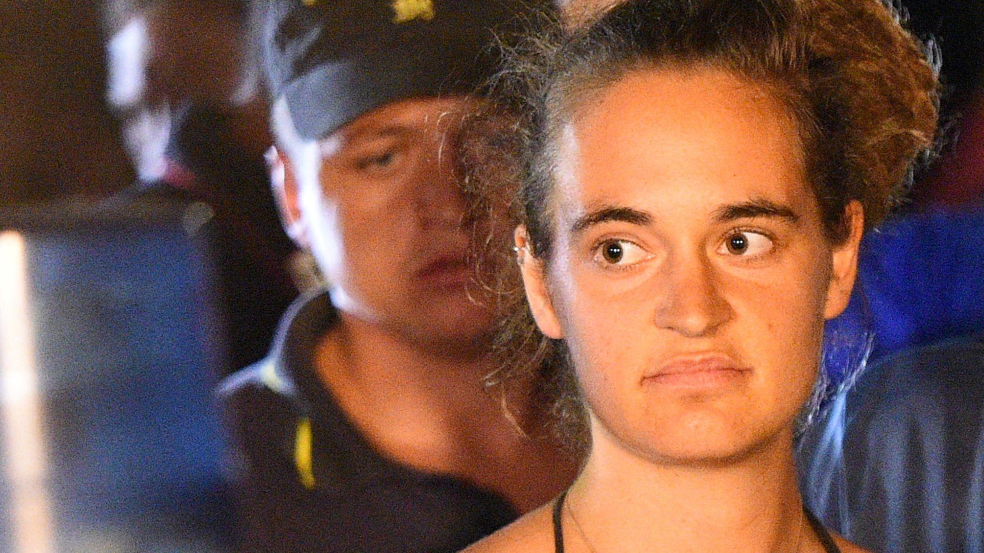 """Die festgenommene Kapitänin des privaten Seenotrettungsschiffes """"Sea-Watch 3"""", Carola Rackete, wird abgeführt."""