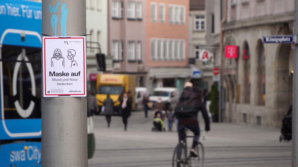 Ein Radler und Fußgänger in der Augsburger Innenstadt