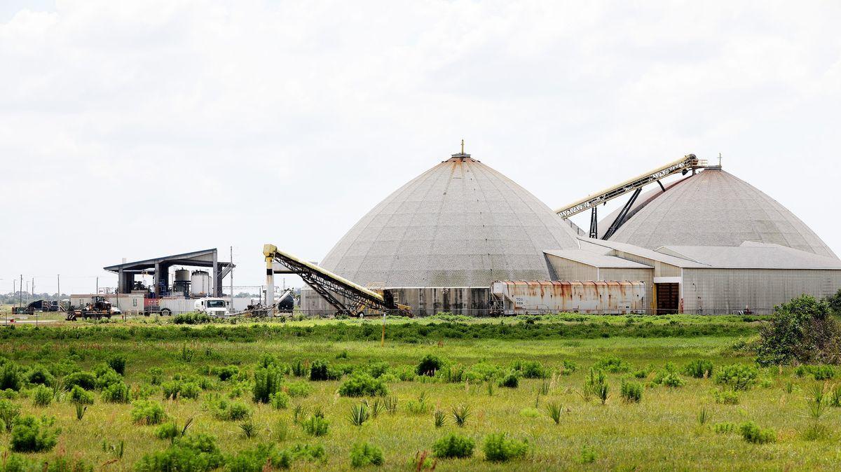 Blick auf Bauwerke der Phosphatmine, die zur HRK Holding gehören.