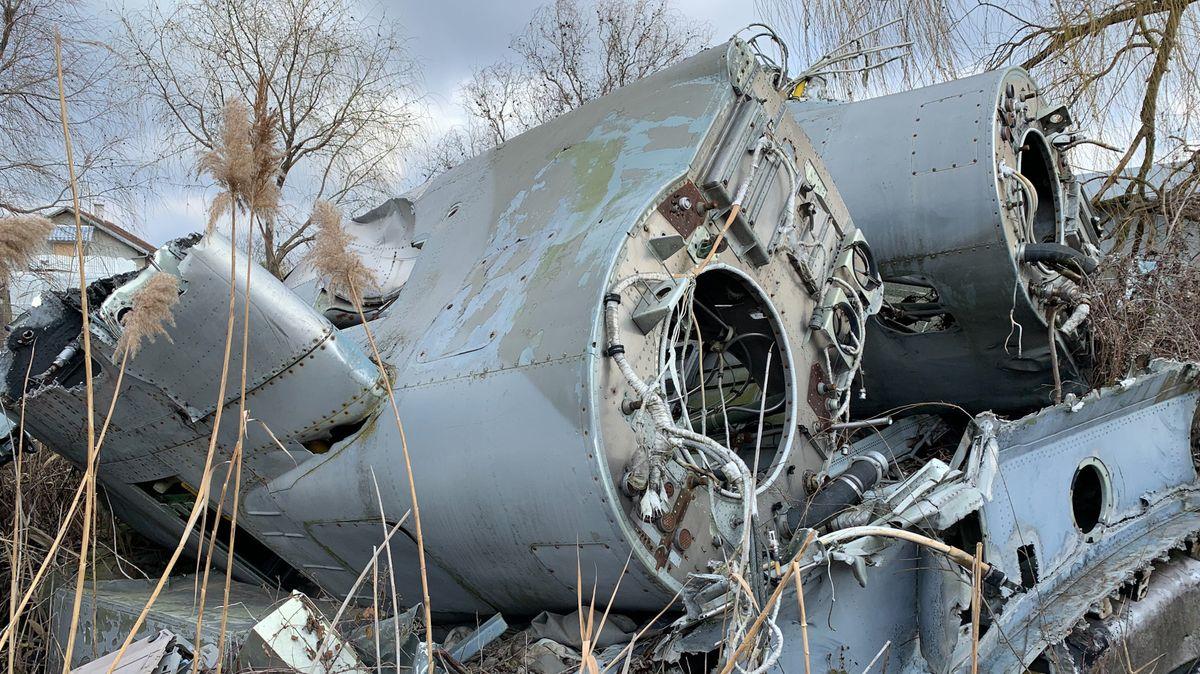 Für Sammler mit viel Platz im Wohnzimmer: Auch Flugzeugteile liegen auf dem Militärschrottplatz in Temerin.