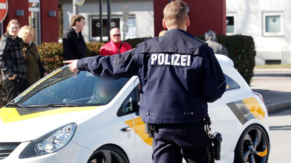 Polizisten kontrollieren ein getuntes Auto (Symbolfoto)