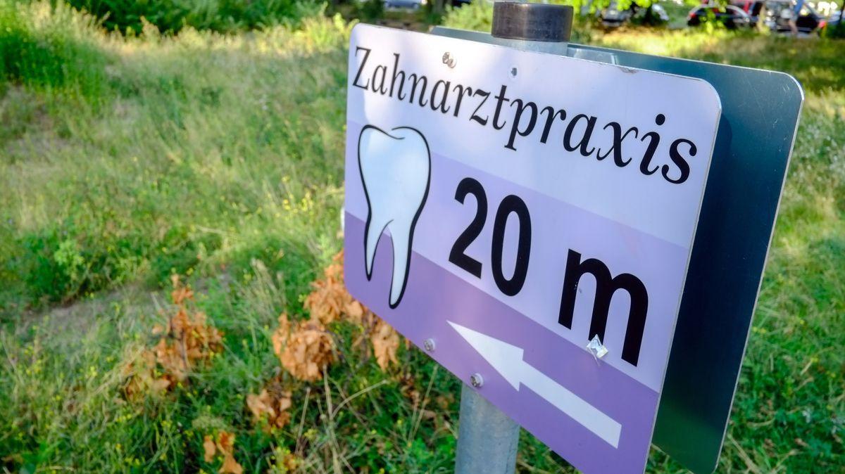 Wegweiser zu einer Zahnarztpraxis
