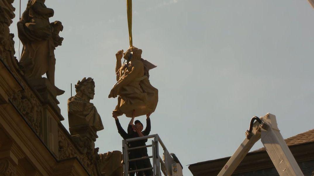 Kopien der verschollenen Figuren kehren zurück auf die Balustrade der Würzburger Residenz