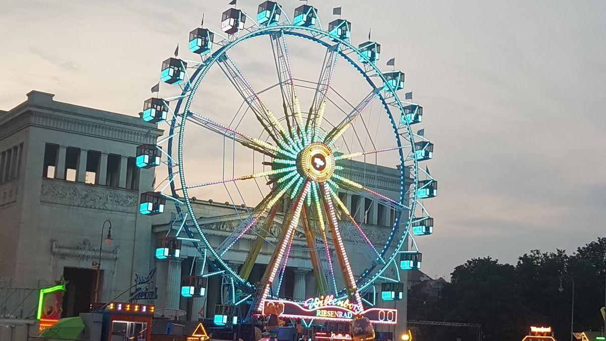 Riesenrad auf dem Königsplatz.