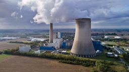 Dampf steigt vom Kohlekraftwerk Mehrum in Niedersachsen auf | Bild:dpa-Bildfunk / Julian Stratenschulte