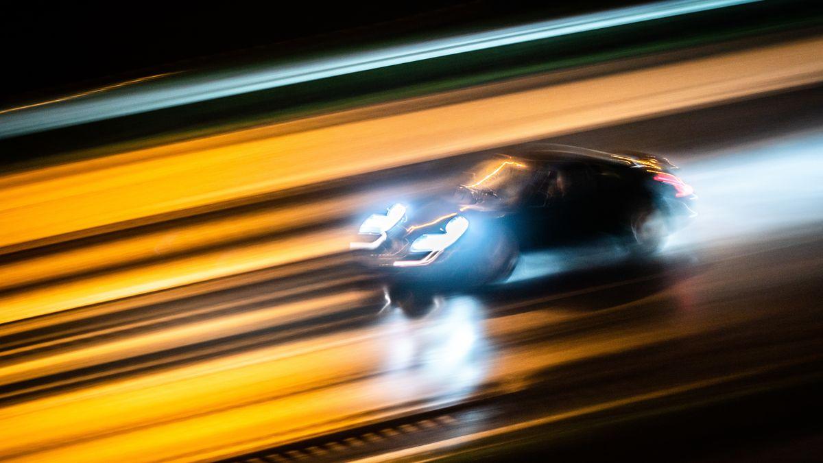 Ein Auto fährt nachts mit hoher Geschwindigkeit (Symbolfoto).
