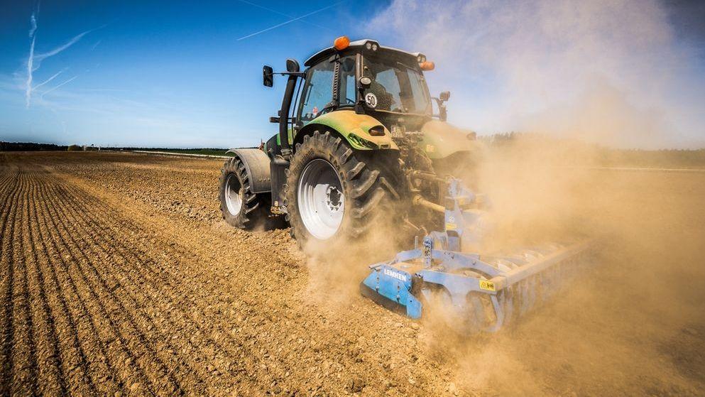 Ein Landwirt fährt mit Traktor eine große Walze über ein trockenes Feld: Noch haben die Böden genügend Feuchtigkeit gespeichert, doch wenn es nicht bald regnet, könnte es für die Landwirte schwierig werden.