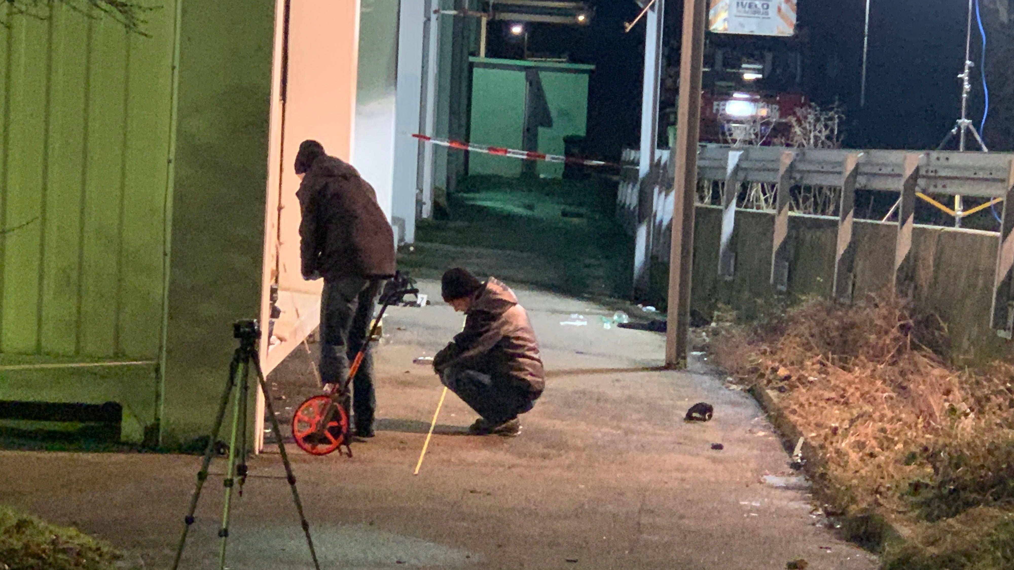 Beamte ermitteln am Tatort