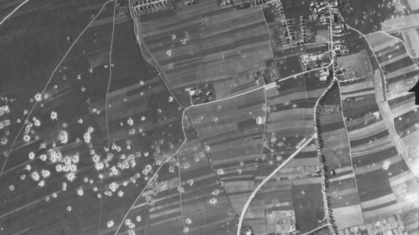 Auf diesem Bild sind die Bombenabwürfe im heutigen Lechhauser Gewerbegebiet zu sehen.