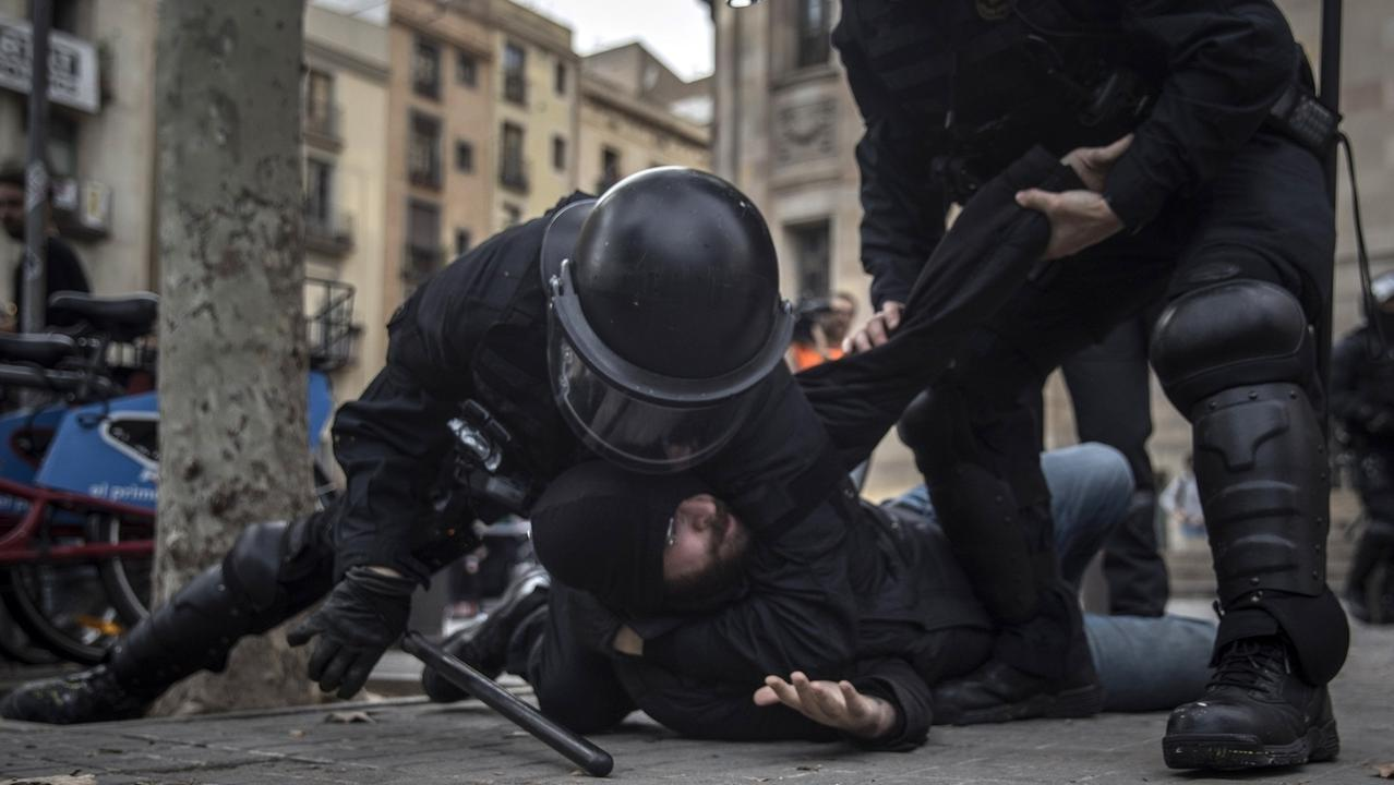 """21.12.2018, Spanien, Barcelona: Die Polizei nimmt einen Demonstranten fest bei einem Protest gegen eine als """"Provokation"""" kritisierte Sitzung der spanischen Zentralregierung in Barcelona."""