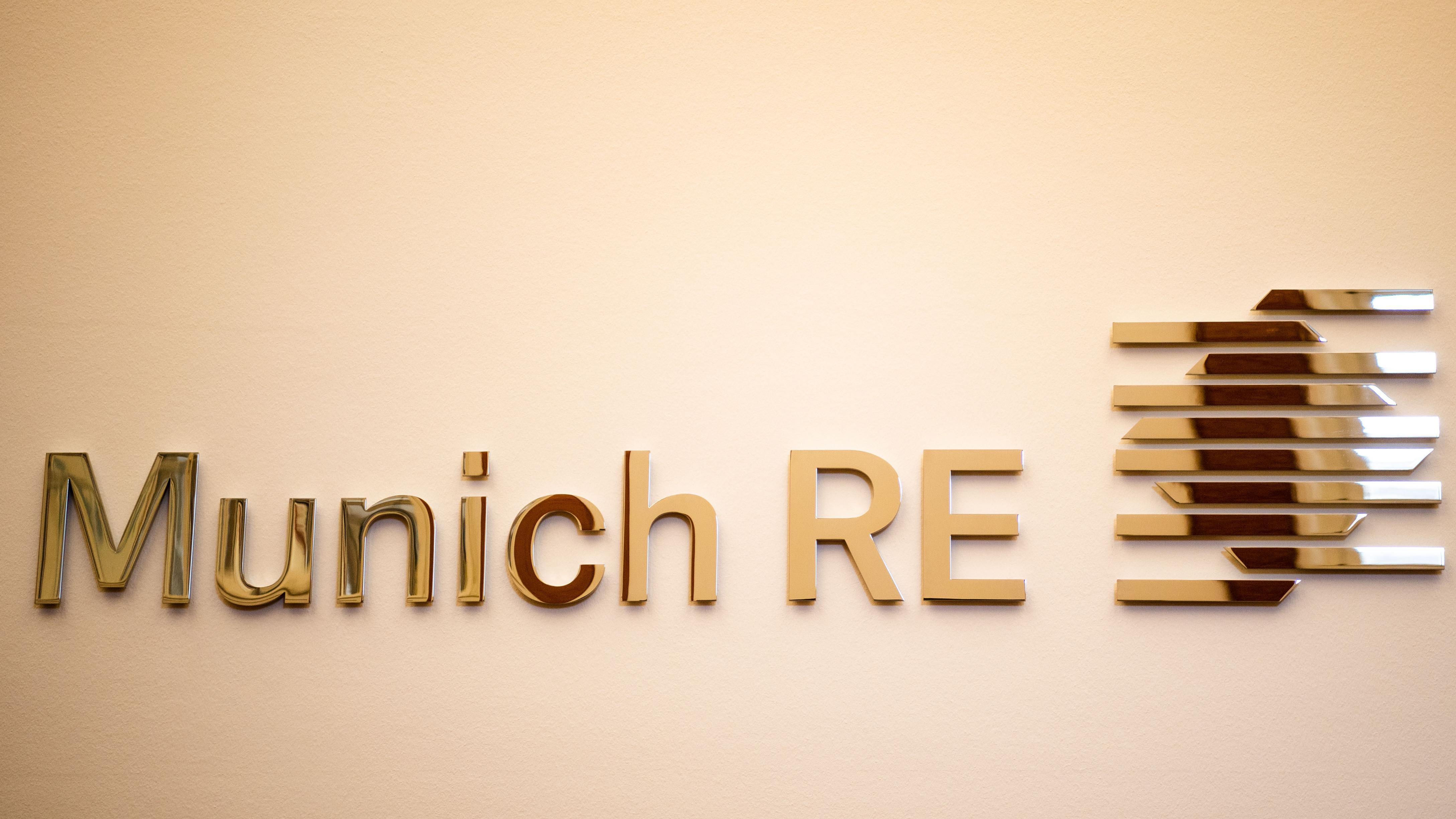 Das Logo der Münchener Rückversicherungs-Gesellschaft (Munich Re) ist in der Lobby des Rückversicherers zu sehen