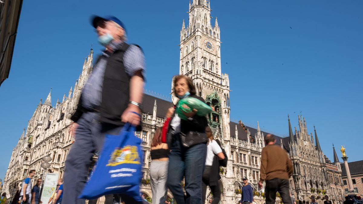 Passanten am Marienplatz