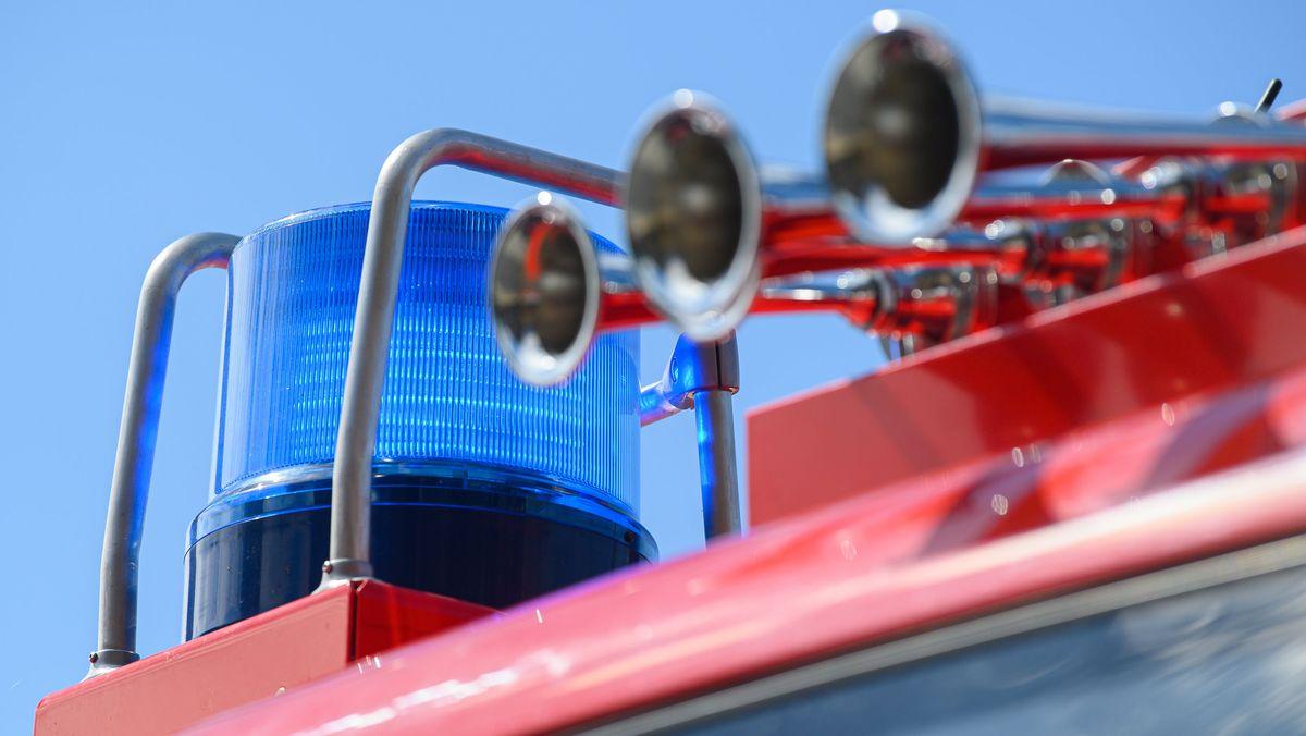 Blaulicht und Tröten an einem Feuerwehrauto. Am Europäischen Tag des Notrufs geben Feuerwehren heute einen Einblick in ihren Alltag.