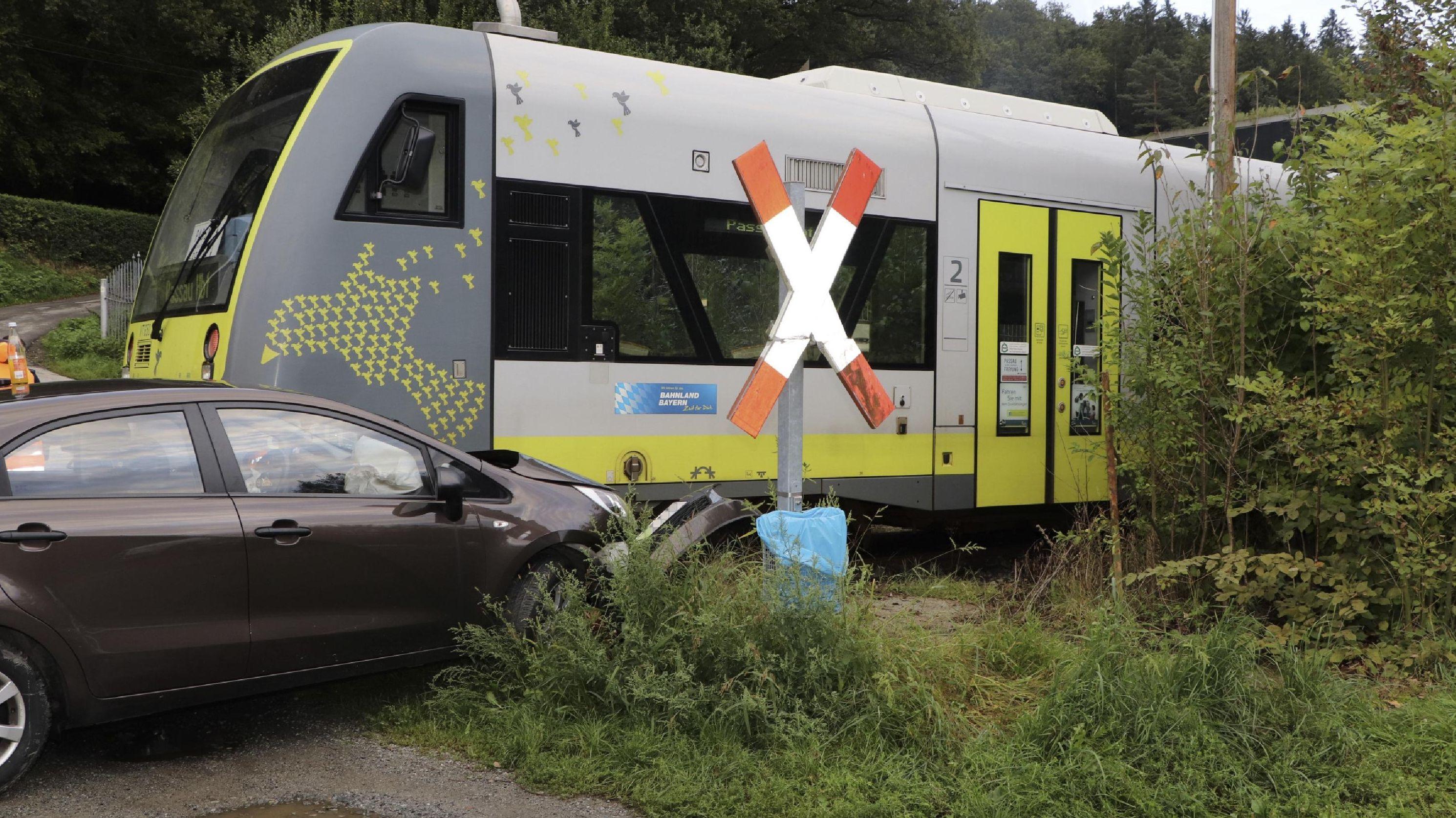 Ein Zug der Ilztalbahn hat ein Auto erfasst - die Autofahrerin wurde dabei leicht verletzt