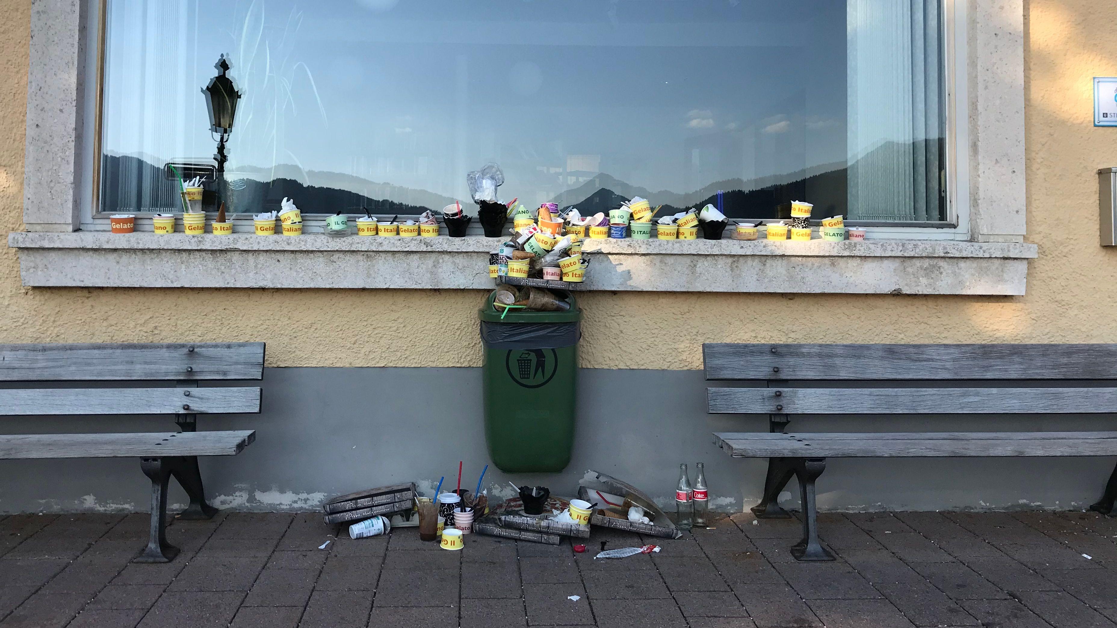 Mülleimer quillt über in Tegernsee