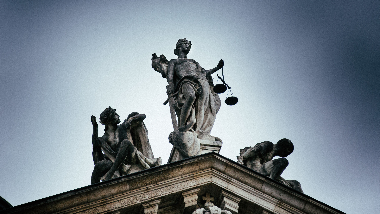 Figur der Justizia auf einem Gerichtsgebäude