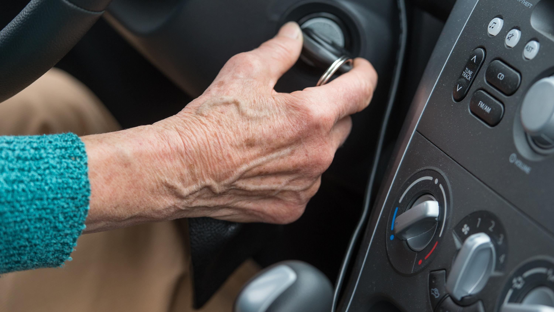 Symbolbild: Hand einer älteren Frau am Zündschlüssel