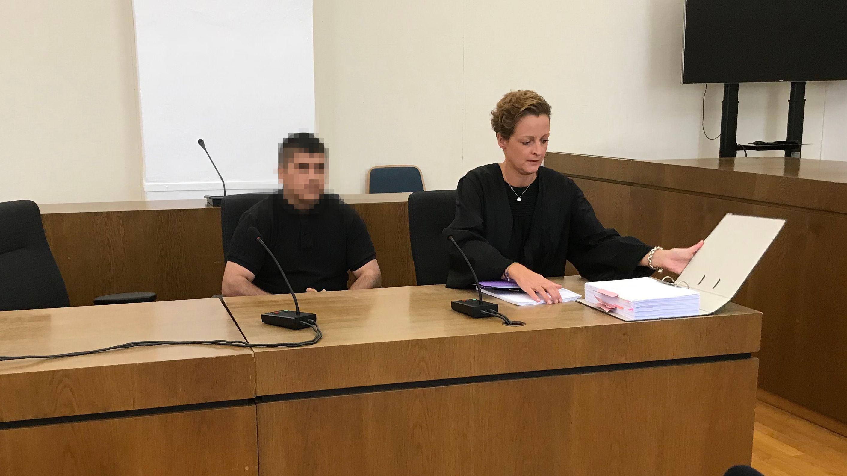 Der Angeklagte mit seiner Anwältin