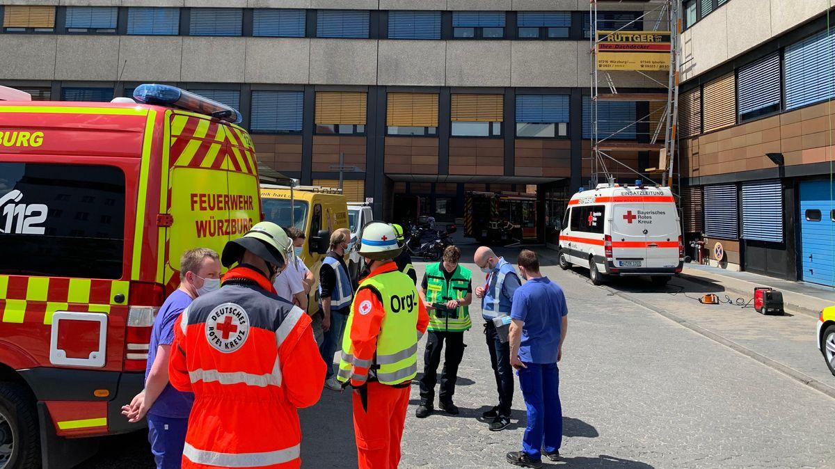 Am Universitätsklinikum Würzburg löscht die Feuerwehr den Brand im Keller eines Gebäudes.
