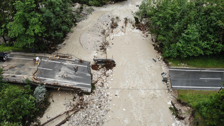 Blick auf eine stark beschädigte Straße in Rußbach am Pass Gschütt im Salzburger Lammertal