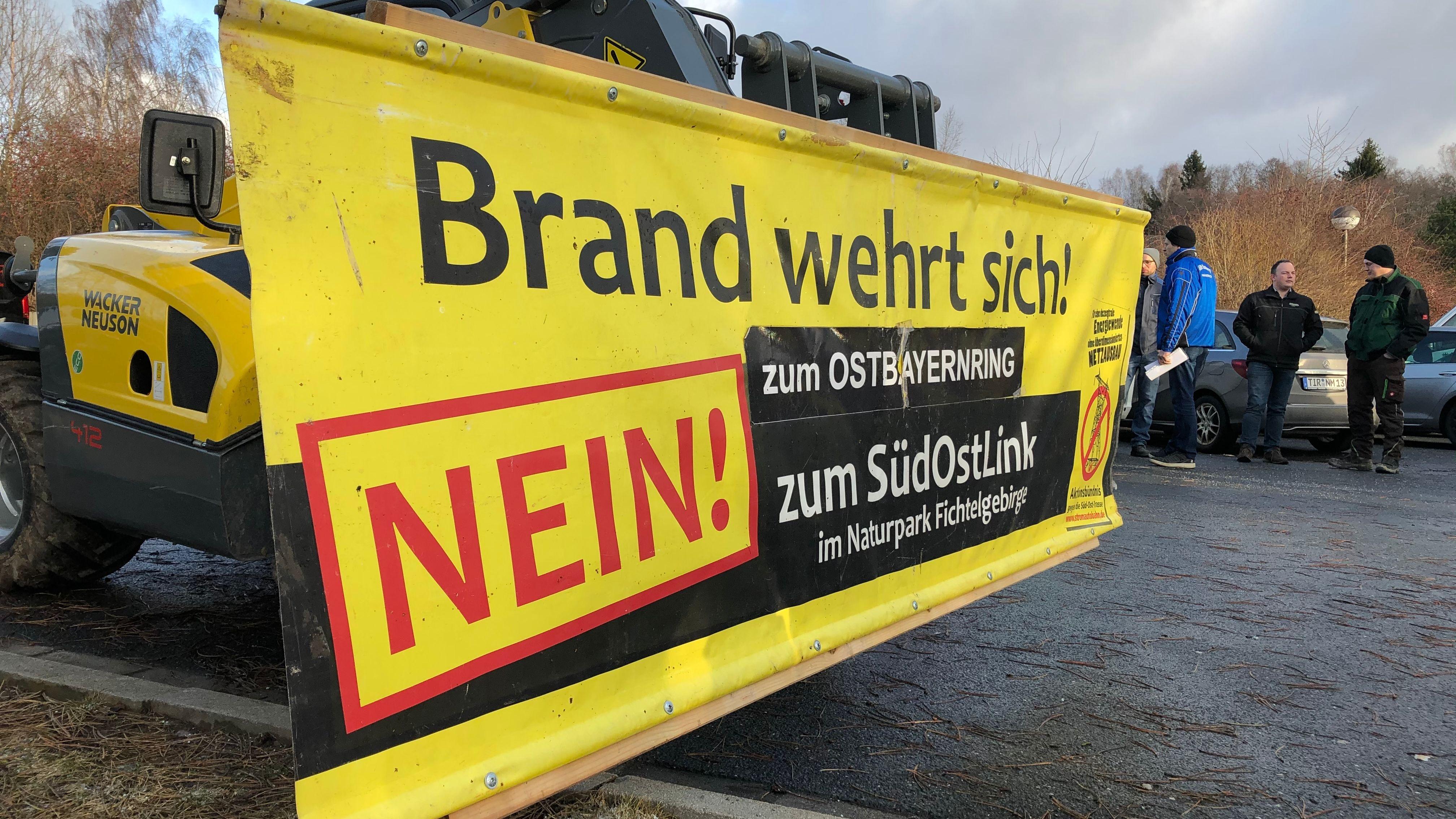 """""""Brand wehrt sich"""" steht auf Banner geschrieben."""