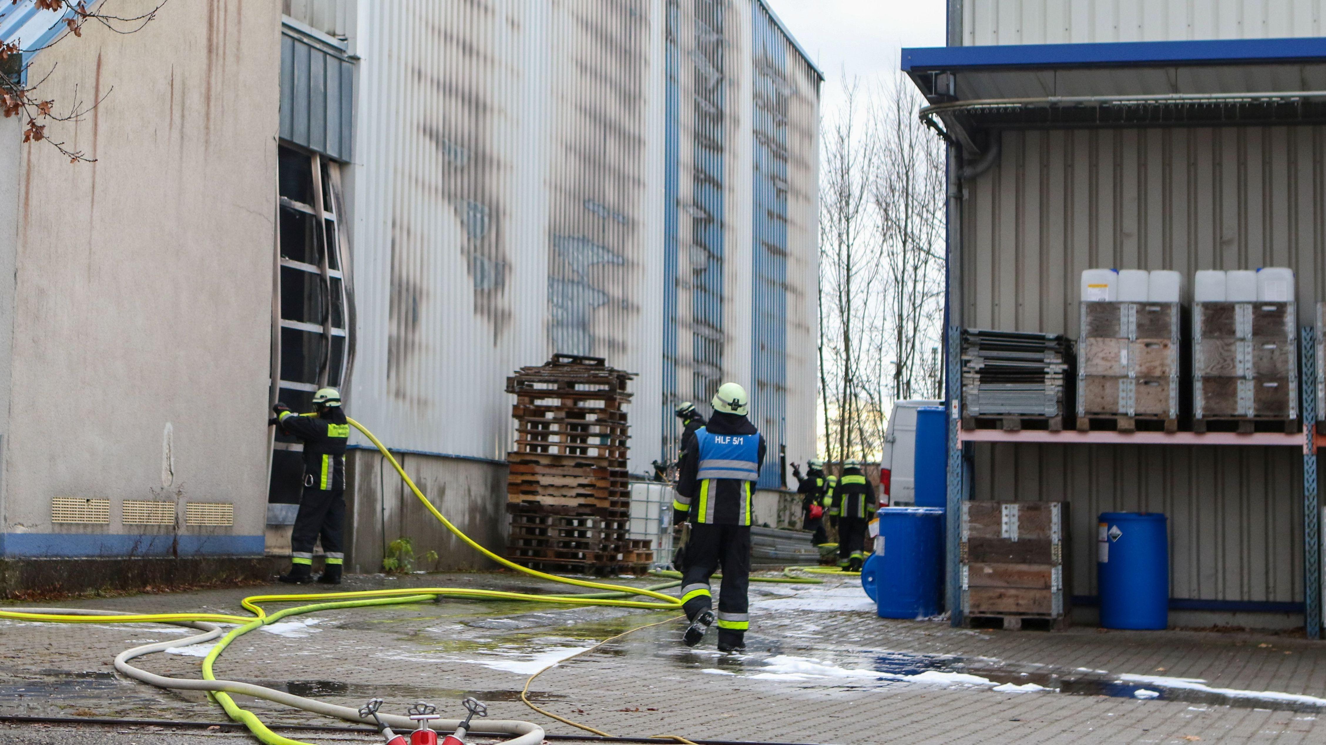 Einsatzkräfte der Feuerwehr bei den Nachlöscharbeiten.