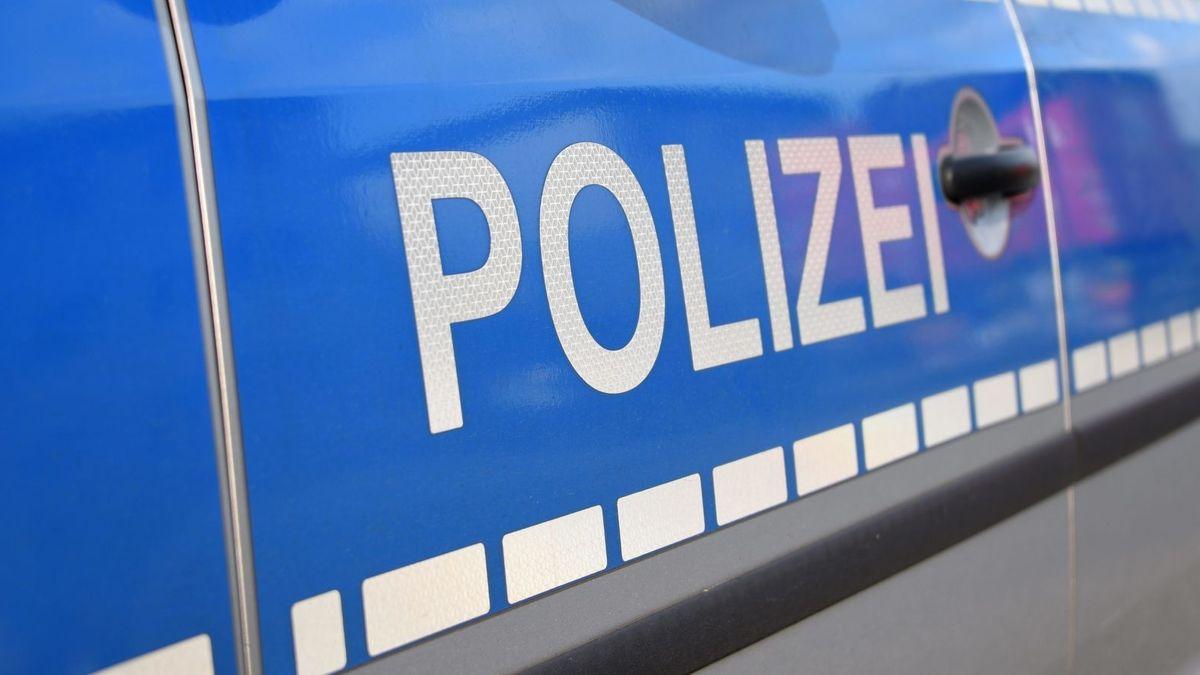 """Blaue Autotür mit silberner Aufschrift """"Polizei"""""""