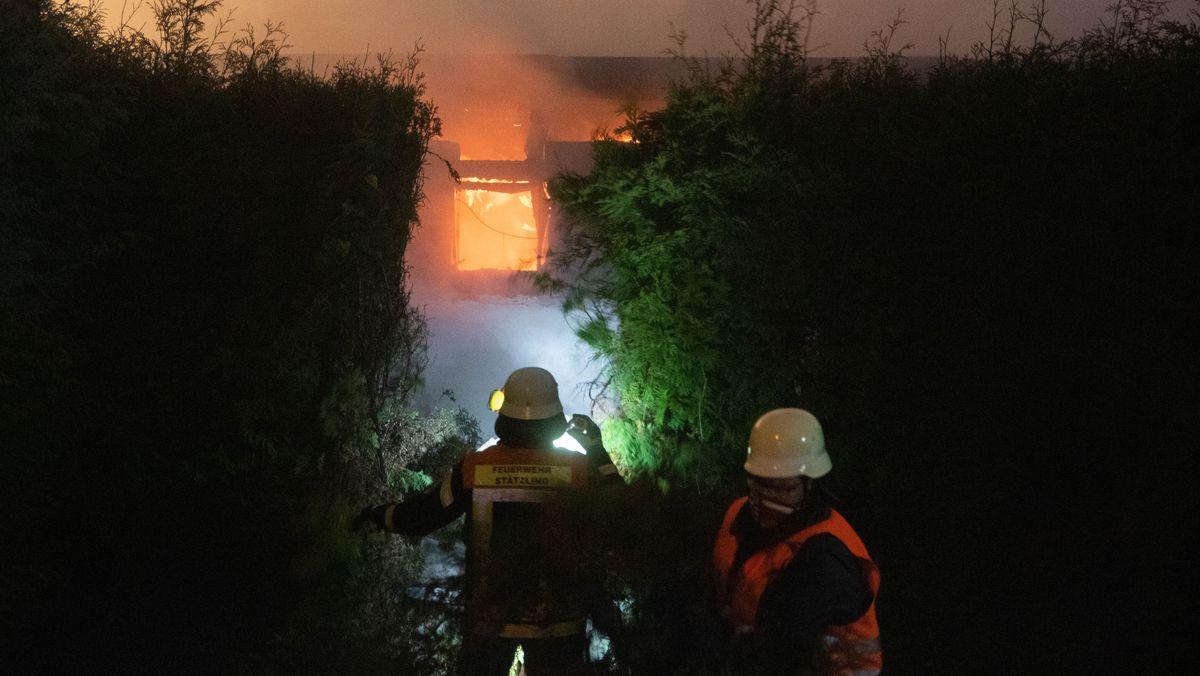 Einsatzkräfte bei einem Brand im Friedberger Ortsteil Dickelsmoor