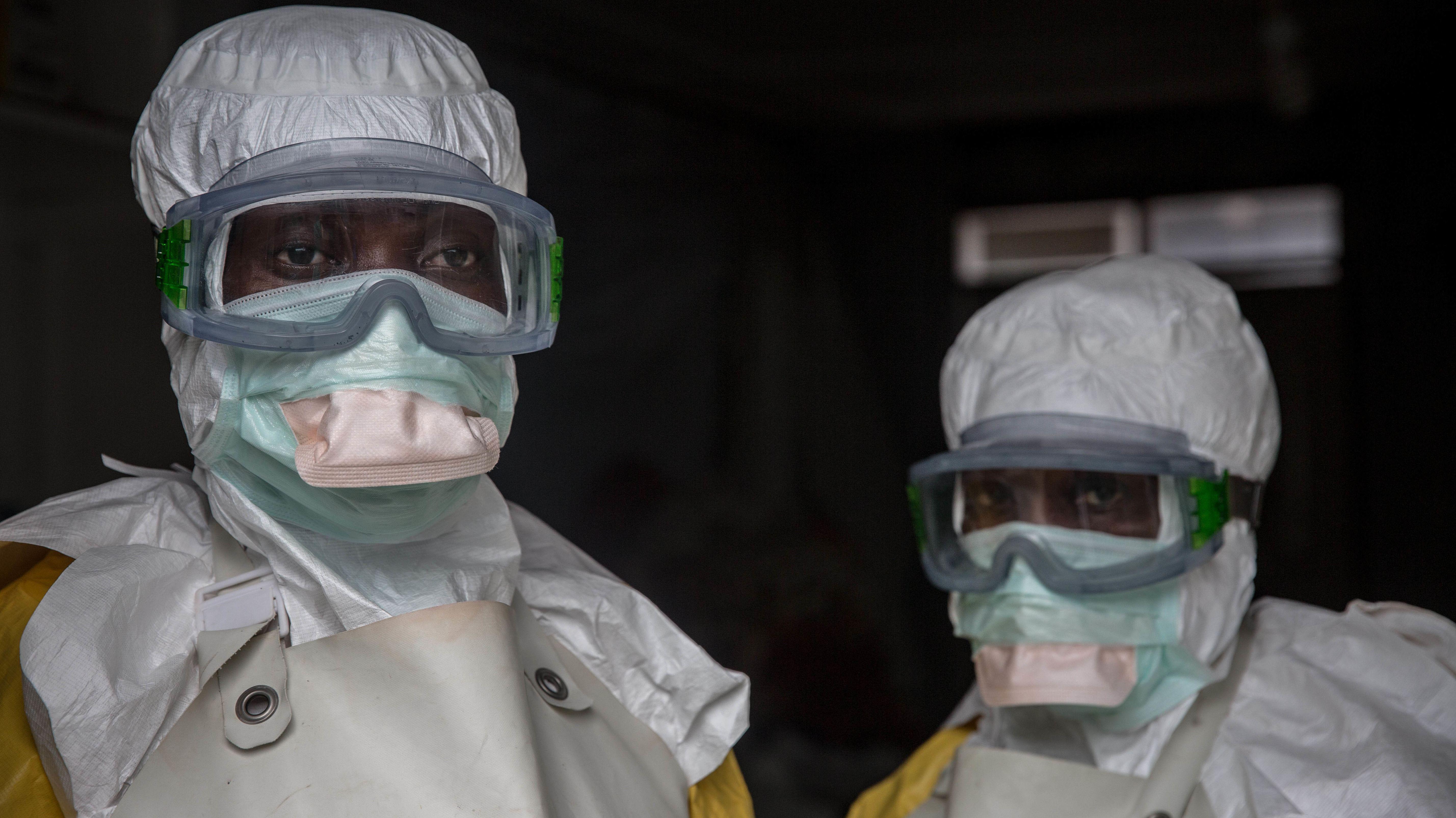 Goma, Demokratische Republik Kongo, Mitarbeiter eines Ebola-Behandlungszentrums in Schutzkleidung