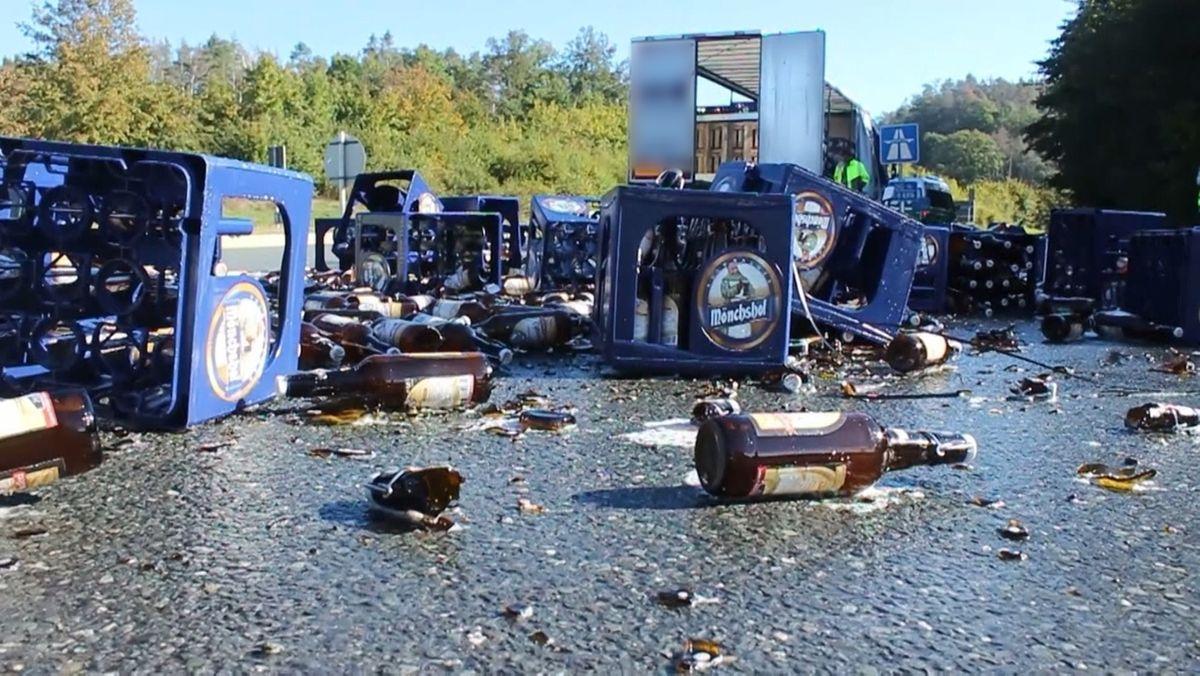 Auf der Fahrbahn liegen umgestützte Bierkästen und zerbrochene Bierflaschen.
