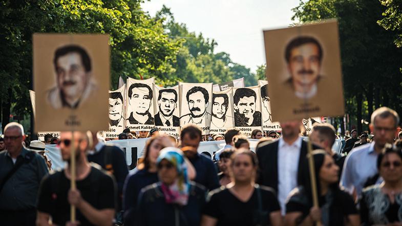Nach dem Urteil im NSU-Prozess demonstrieren am 11. Juli 2018 in München Demonstranten mit Porträts der NSU-Opfer.