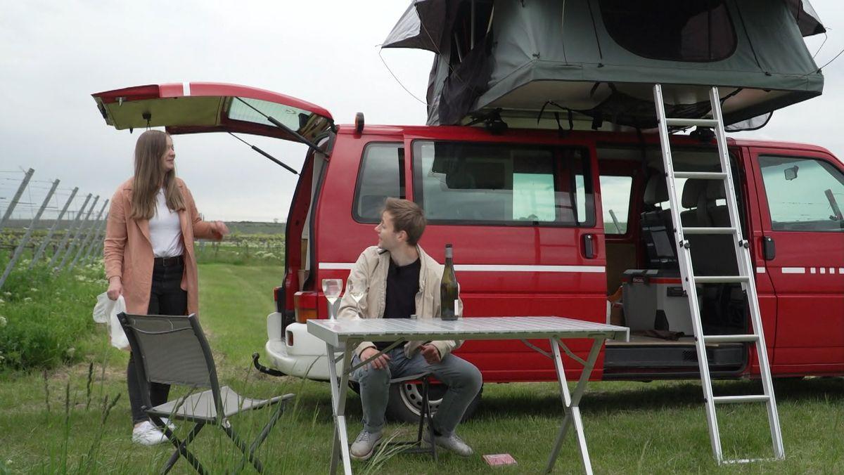 VW-Bulli mit Dachzelt im Weinberg