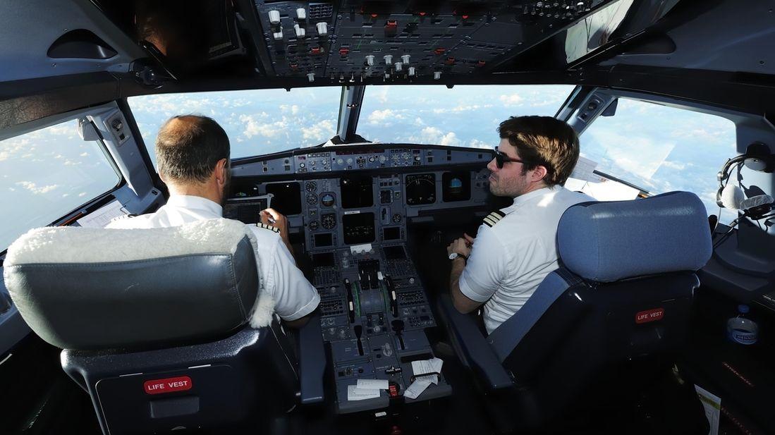 Pilot und Copilot im Cockpit eines Airbus A321