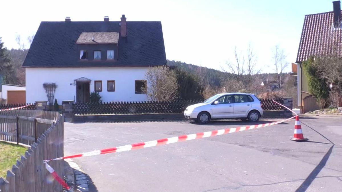Das abgesperrte Wohnhaus in dem es zur Gasexplosion kam.