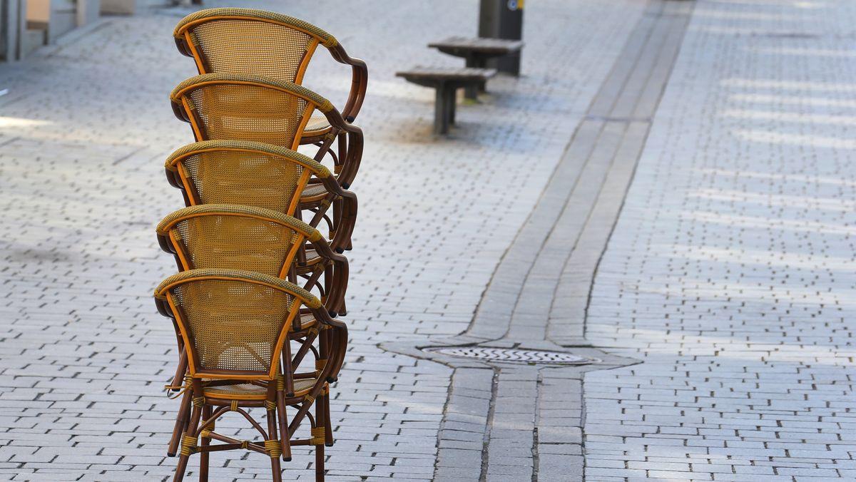 Aufgestapelte Stühle vor einem Café in Kempten