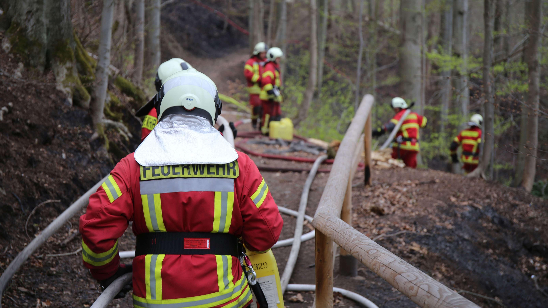 Feuerwehrleute im Einsatz beim Waldbrand bei Saalburg