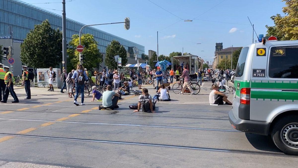 Sitzende Menschen auf der Straße