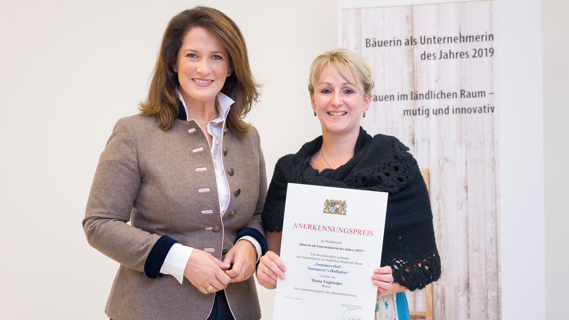 Landwirtschaftsministerin Michaela Kaniber (links) und Bäuerin Maria Vogelrieder