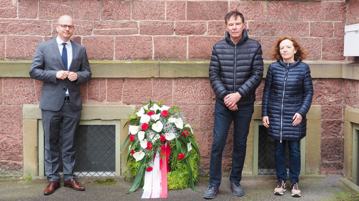 Oberbürgermeister Dirk Vogel bei der Kranzniederlegung mit Rudolf und Marlis Walter, Freunden der Familie Steinberger