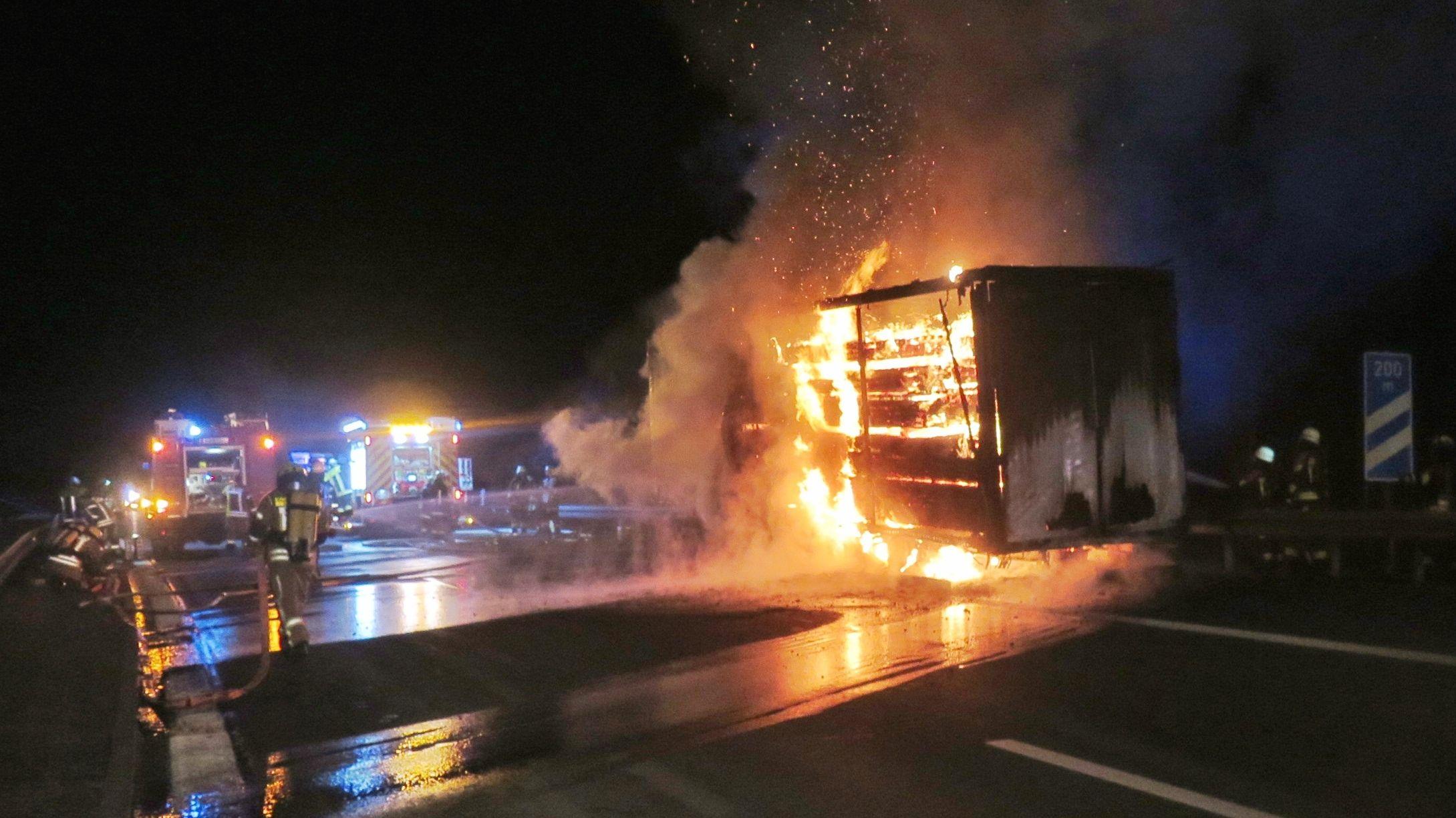 Der Holztransporter steht auf der Autobahn in Flammen