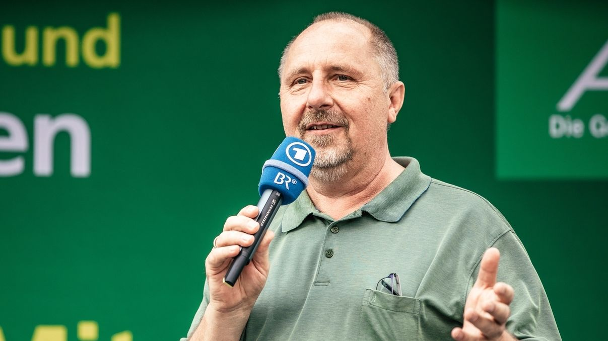 Der Baiersdorfer Bürgermeister Andreas Galster hält während der BR-Radltour 2018 eine Rede