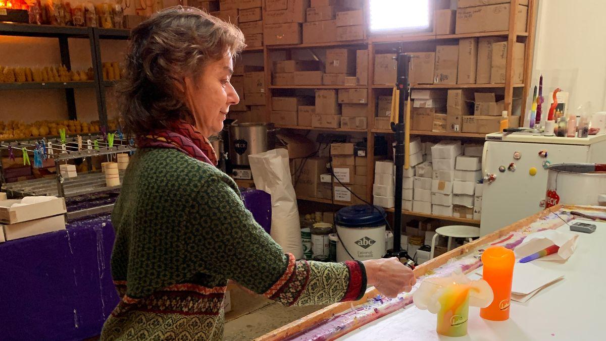 Claudia Mallmann fertigt Kerzen in ihrer Manufaktur in Fürth.